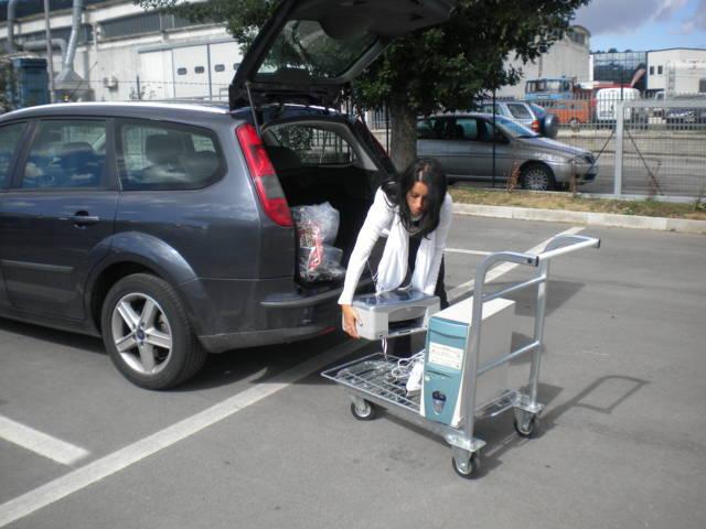 depositare i rifiuti riciclabili nel carrello