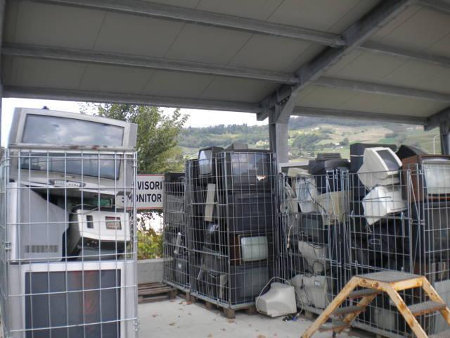 ultimata l'operazione, rimuovere il carrello e scaricare i rifiuti nel contenitore corrispondente alla tipologia del rifiuto pesato
